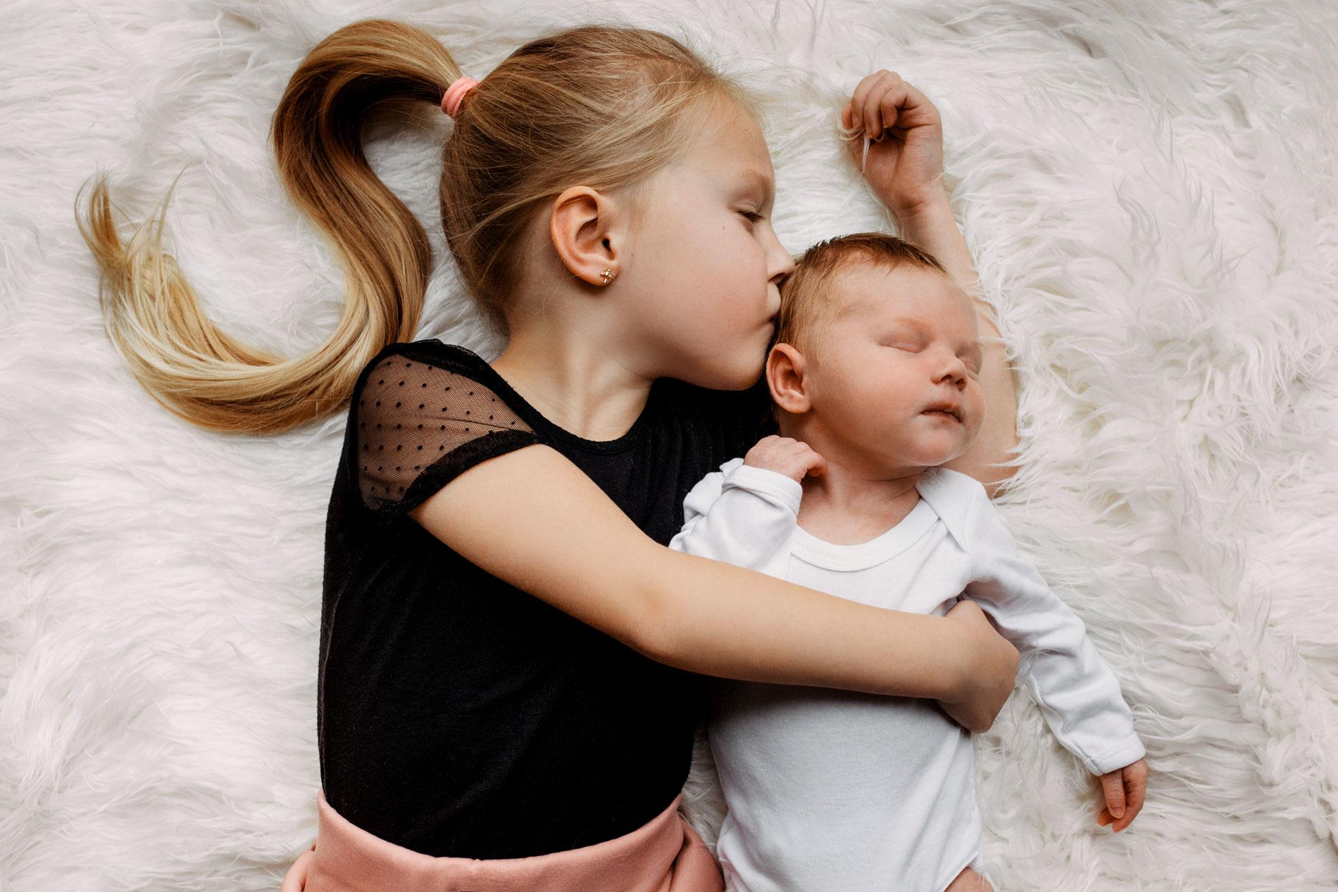 Babyshooting mit Geschwistern zu Hause in Hamburg, Lüneburg, Stade.